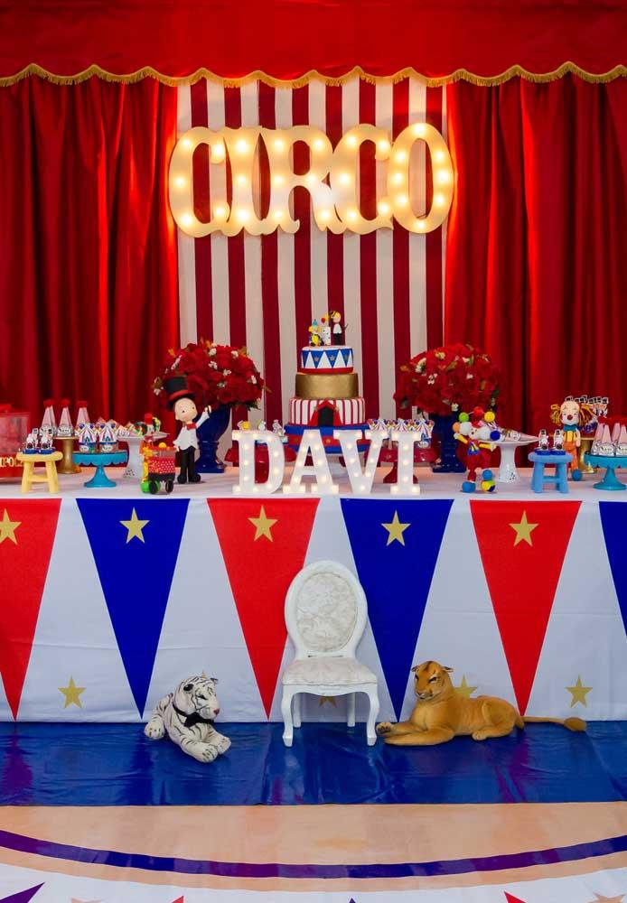 Mas claro que as cores vermelha, azul e branco acabam sendo as mais usadas na decoração circo.