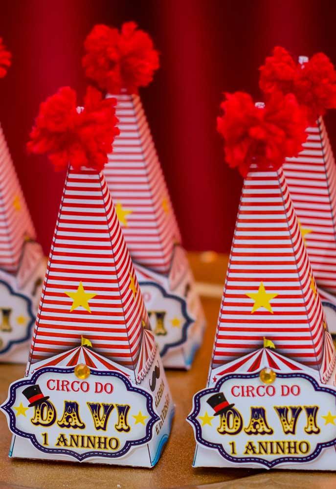 Lembrancinha circo no formato de chapéu de palhaço.