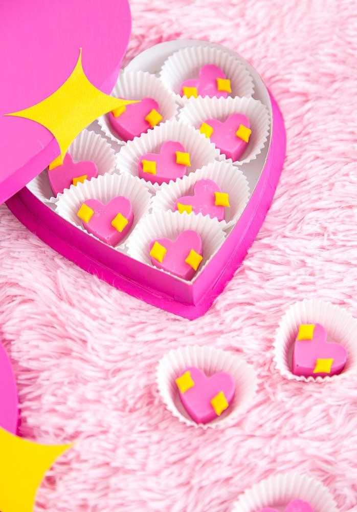 Quem resiste a uma caixinha de doces como essa? Ainda mais quando vem personalizada no formato de coração.