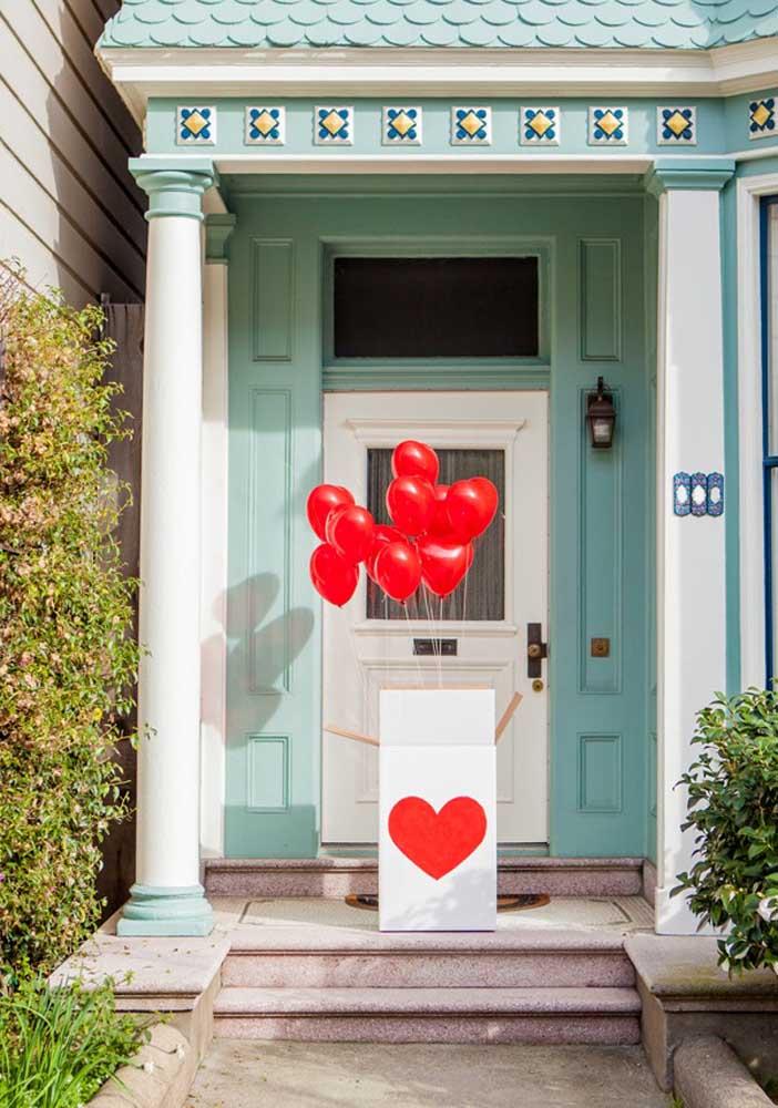 Quer fazer um presente dia dos namorados criativo, diferente e inesquecível? Faça uma caixa surpresa na porta de casa.