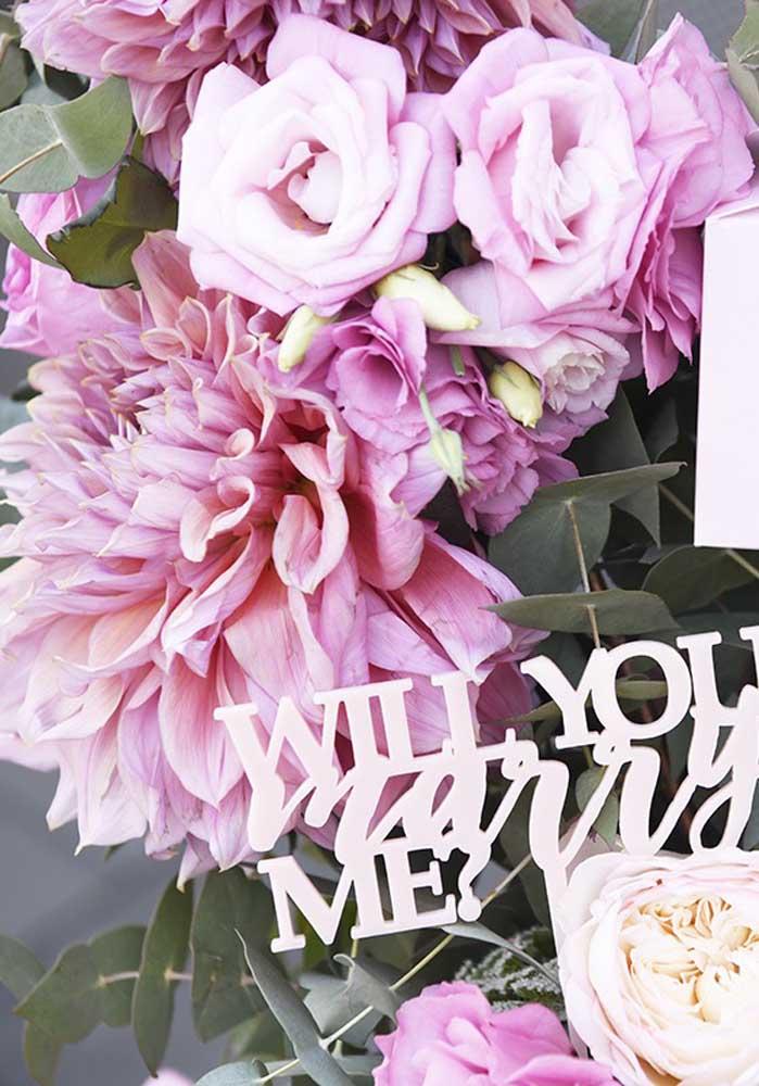 O buquê de flores é o melhor presente dia dos namorados para namorada romântica.