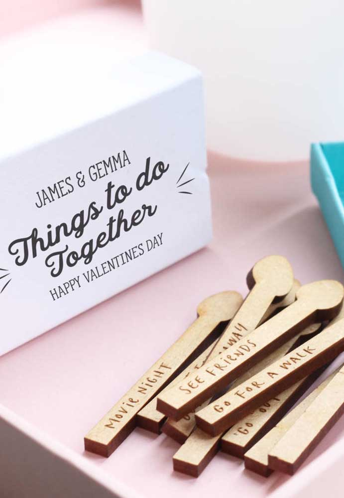 Outra opção de presente dia dos namorados personalizado com os nomes do casal.