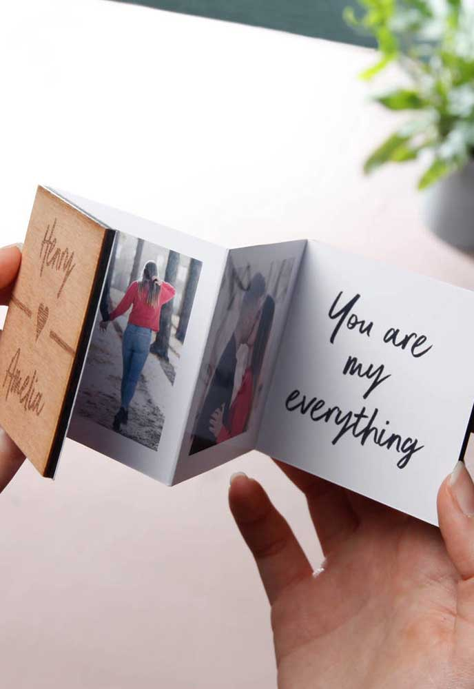 Fotos são registros inesquecíveis. Então, faça um cartão com fotos especiais do casal.
