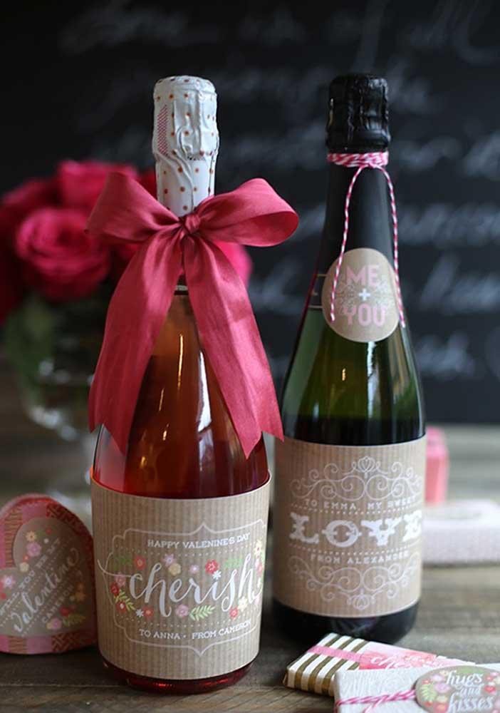 Que tal presentear o seu amor com garrafas de vinho? Aproveite para degustar junto com ele (ela).