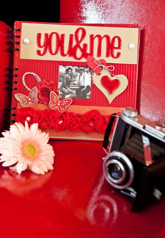 O que acha de preparar um álbum de fotos com o casal todo personalizado por você?