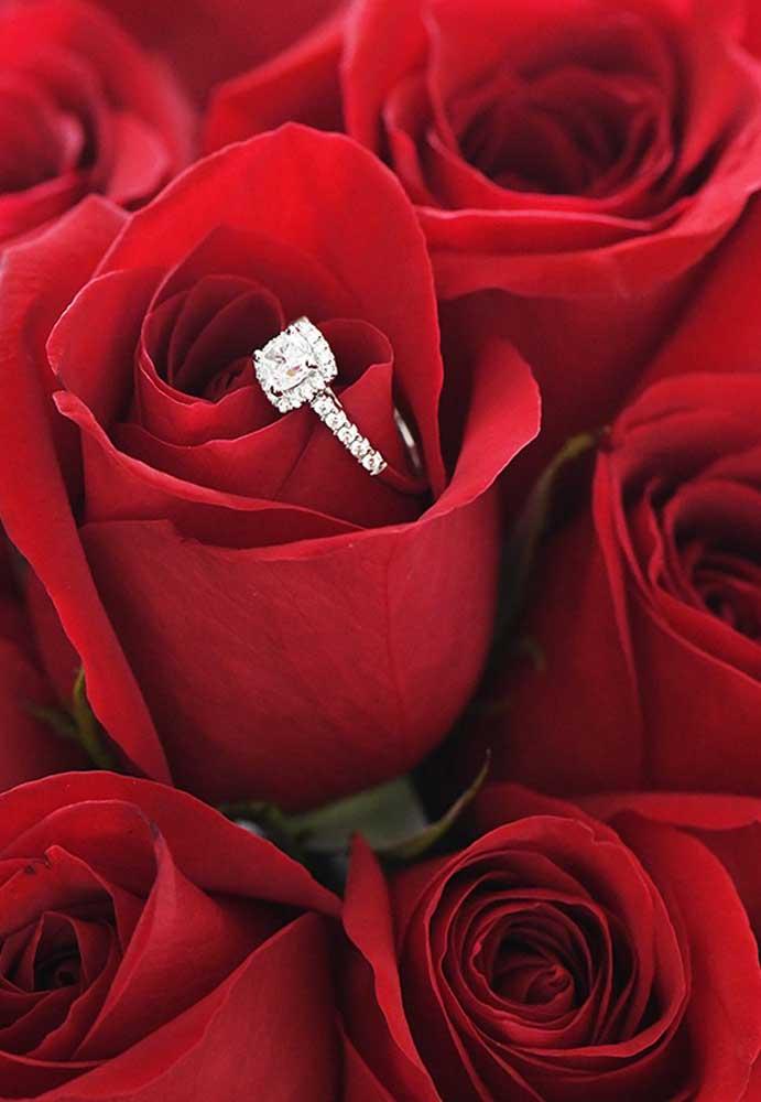 Que tal aproveitar o dia dos namorados para pedir sua amada em casamento? Faça uma surpresa colocando o anel no meio do buquê de rosas?
