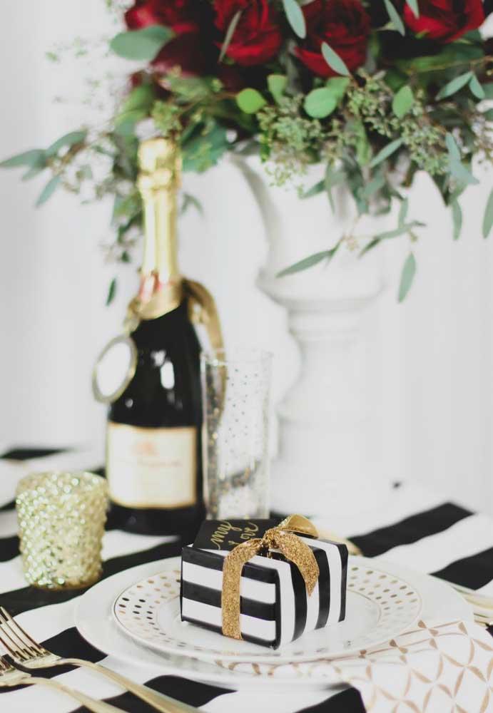 Combine a embalagem do presente do dia dos namorados com a decoração do ambiente.