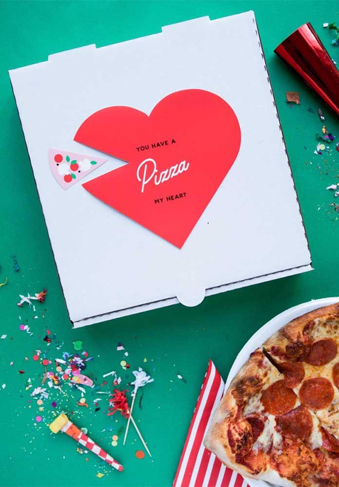 Que tal entregar uma pizza de presente para seu amor? Mas faça algo personalizado e romântico.