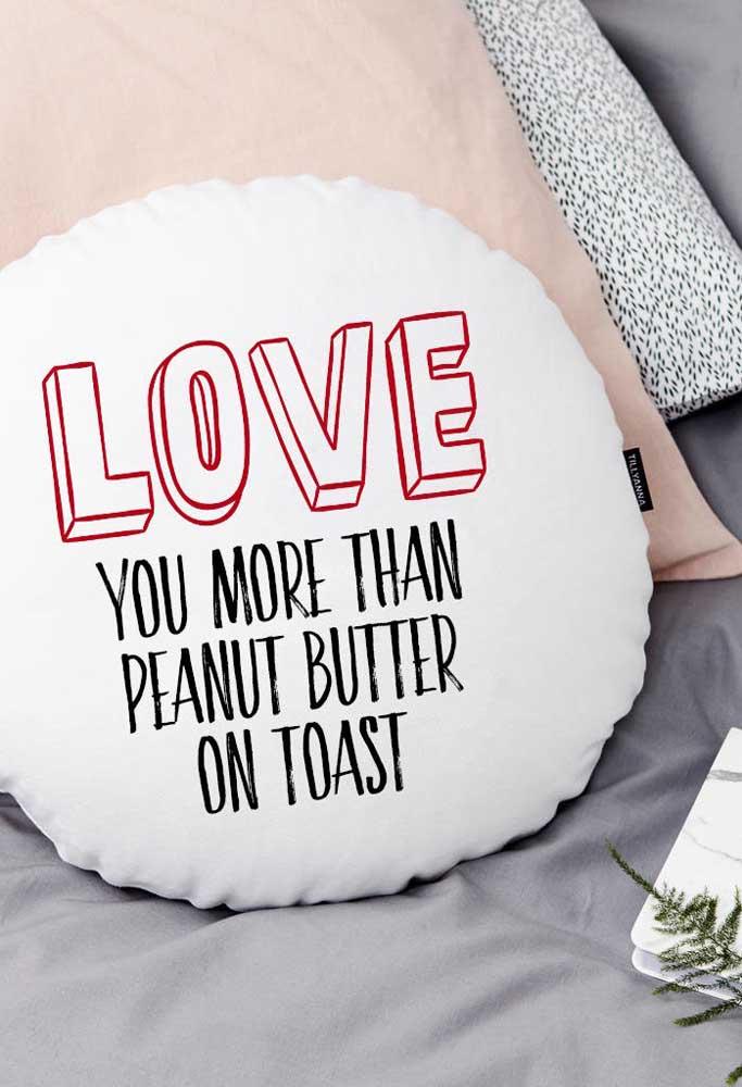 Impossível dormir e não pensar no seu amor quando ganhar uma almofada dessa de presente do dia dos namorados.