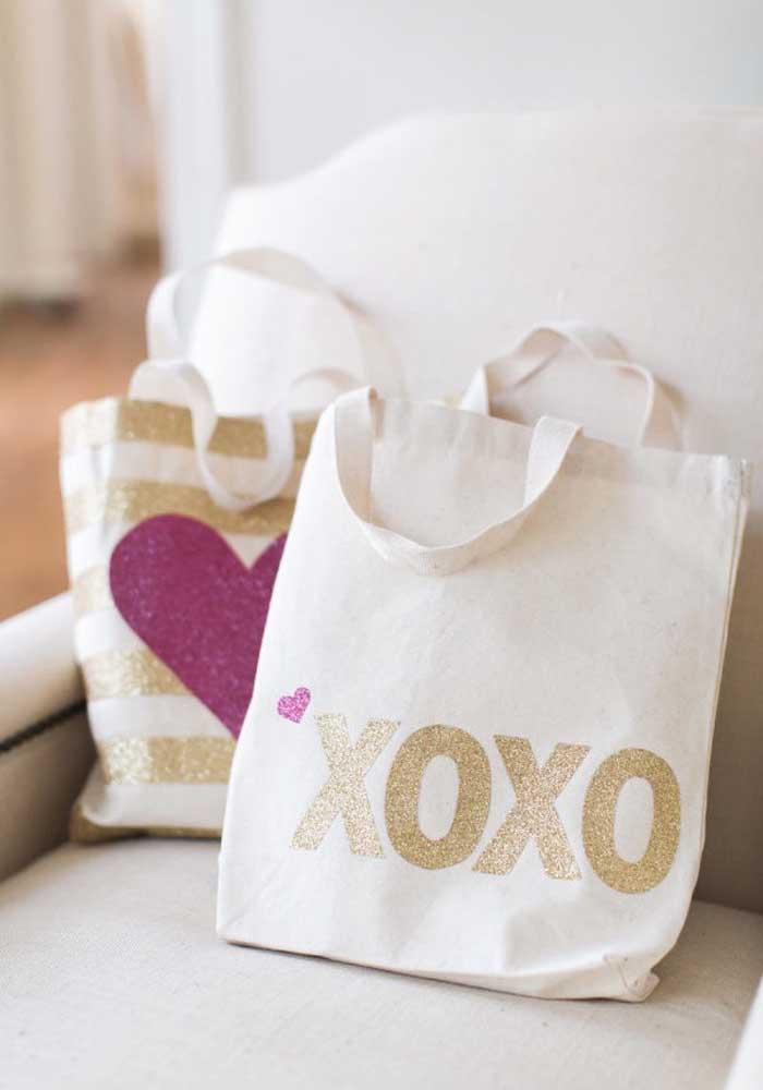 Faça sacolas personalizadas para servir como presente do dia dos namorados.