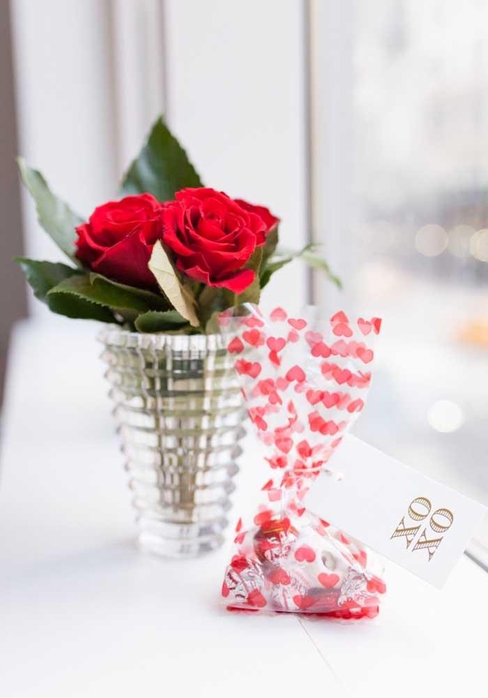 Um vaso com flores e chocolate, quem consegue resistir?