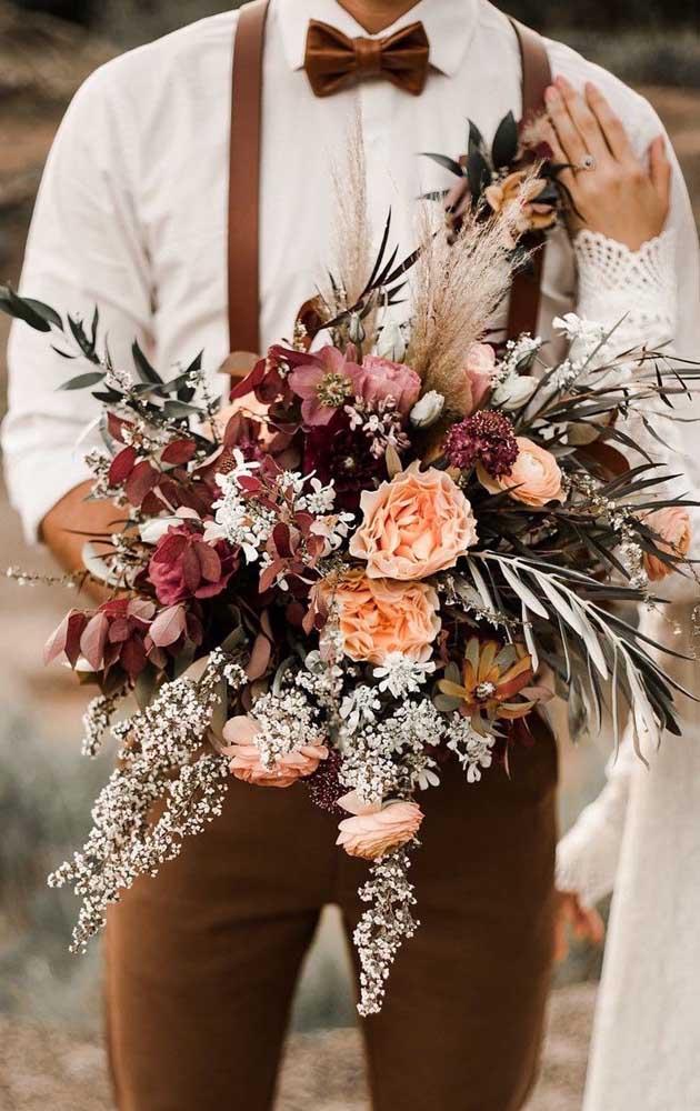 Buquê de noiva com flores rústicas e formato desconstruído