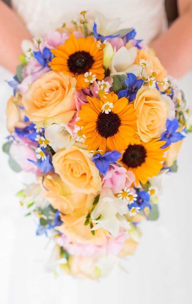 Linda e graciosa inspiração de buquê de noivas feito com flores pequenas, delicadas e coloridas