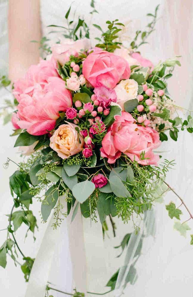 Por que usar só uma flor, se você pode usar várias? Aqui nesse buquê a opção foi por peônias, rosas e mini rosas