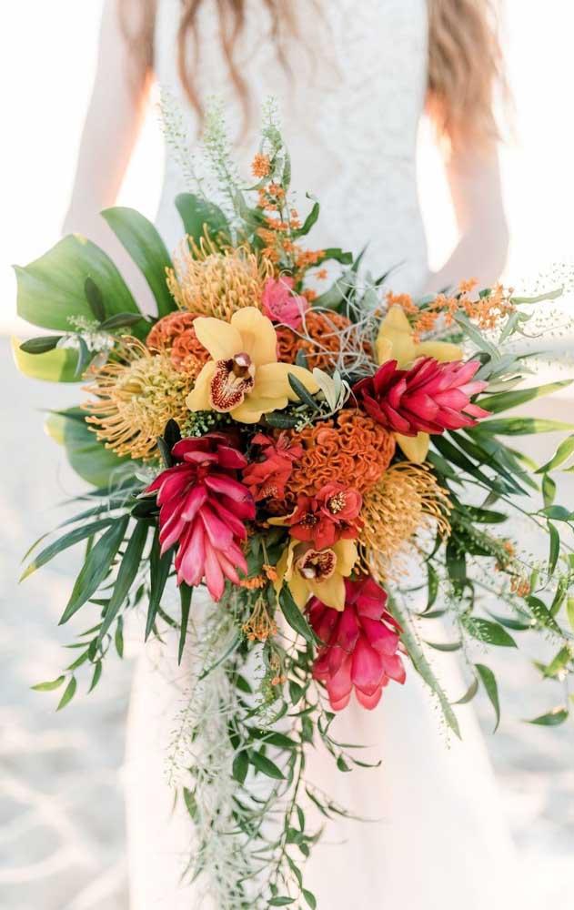 E o que acha de um buquê de noiva cheio de tropicalismo? Para isso, invista em orquídeas, bromélias e tagetes