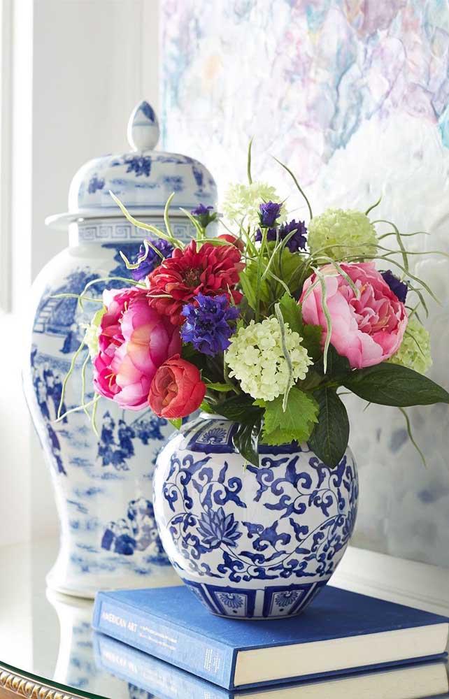 O vaso português recebeu lindamente o arranjo de flores sortidas e coloridas