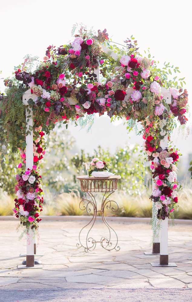 Onde mais usar flores lindas do que no arco do altar do casamento?