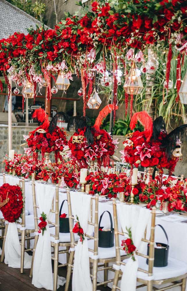 Arranjos de flores vermelhas; a cor da paixão e do romantismo