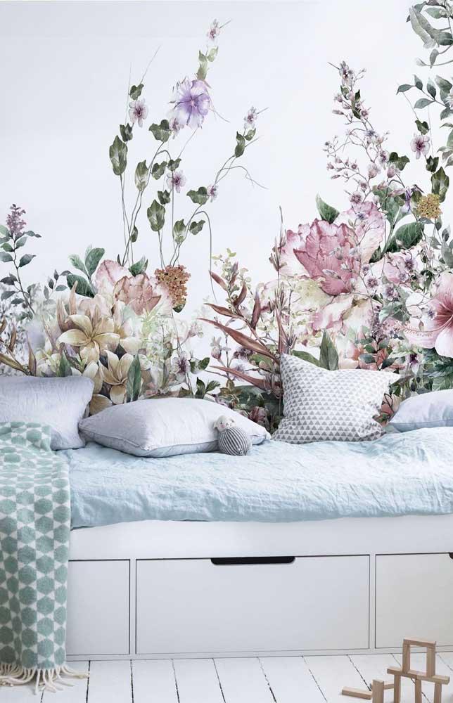 Outra forma linda de levar as flores para a sua vida é usando-as como estampa de papel de parede