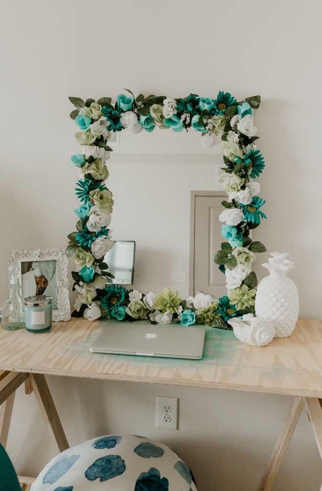 Experimente emoldurar quadros e espelhos da sua casa com flores