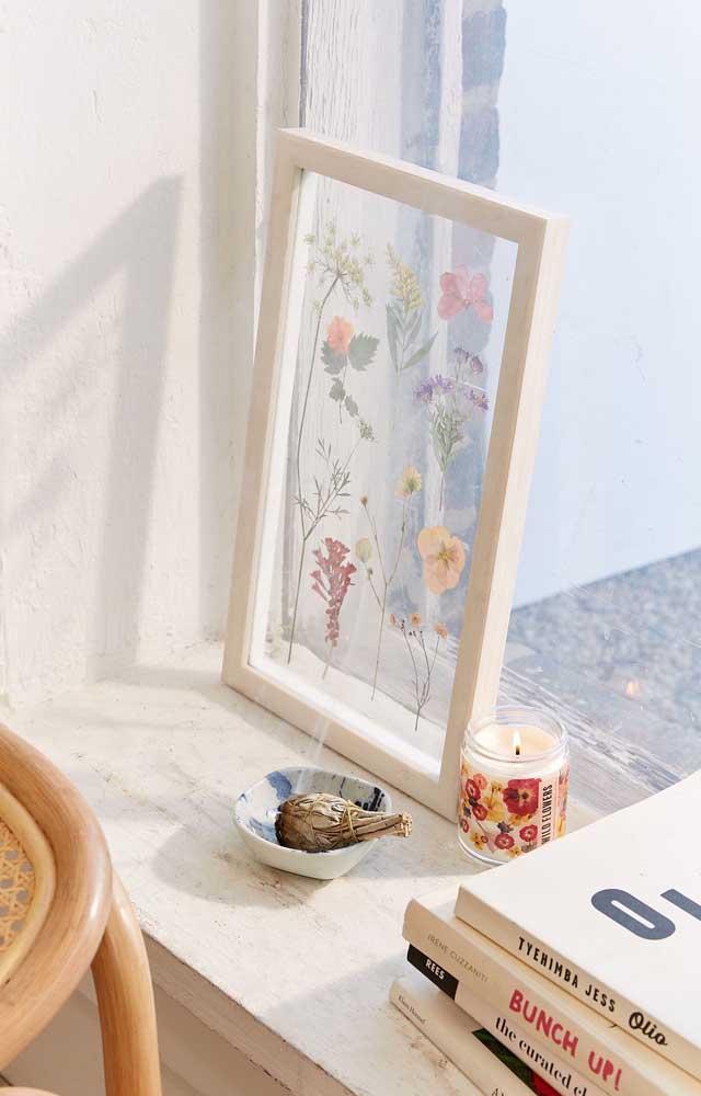 Opção super delicada de quadros de flores; a proposta ficou ainda mais bonita ao ser colocada diante da luz que vem da janela