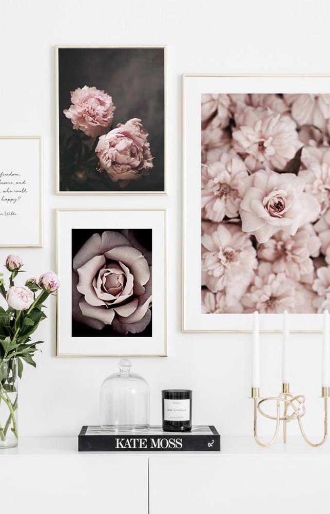 Já para uma decor clean, uma boa opção são quadros de flores em tons semelhantes
