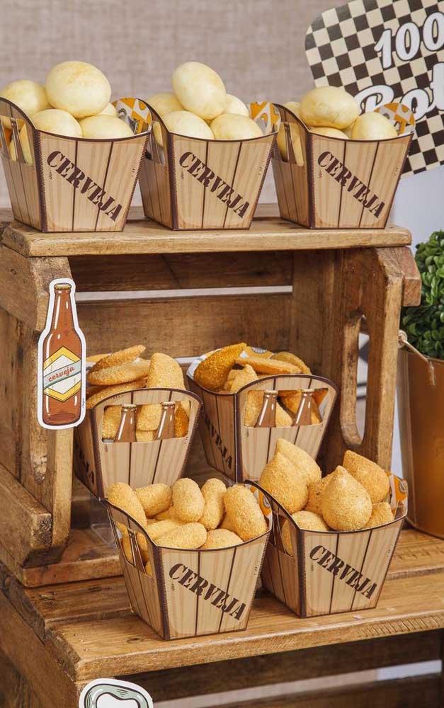 Para decorar a mesa do Chá Bar vale utilizar itens de cozinha, caracterizando ainda mais o evento