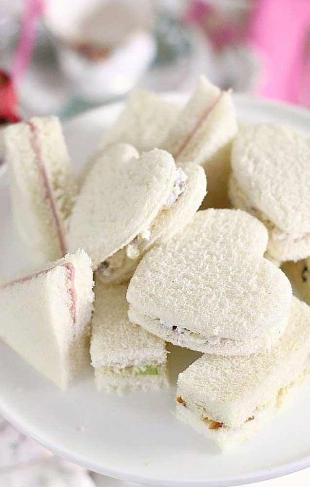 Os mini sanduíches ficaram lindos cortados no formato de corações