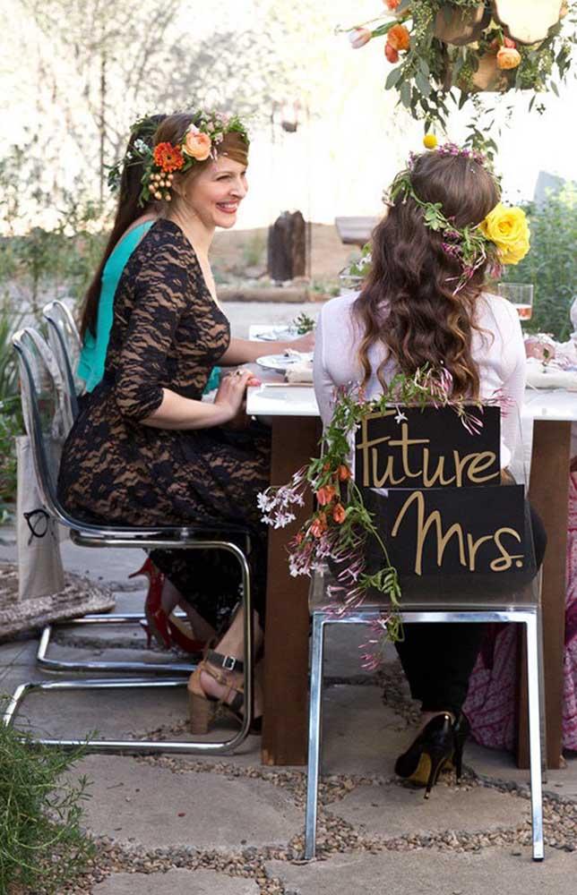 As cadeiras e lugares dos convidados podem ser demarcados, já as cadeiras dos noivos podem ganhar decorações divertidas