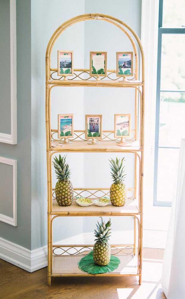 Use uma estante ou outro móvel da casa para ajudar na decoração do Chá Bar