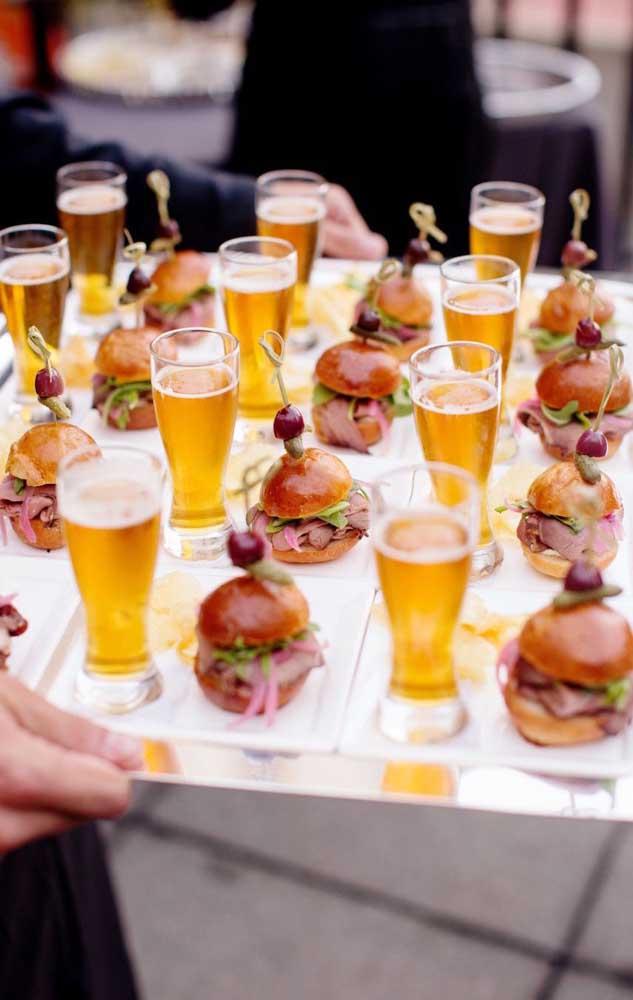 Mini hambúrguer e cerveja no cardápio do Chá Bar