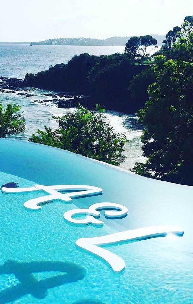 A piscina também foi decorada e personalizada para receber os noivos e os convidados do Chá Bar