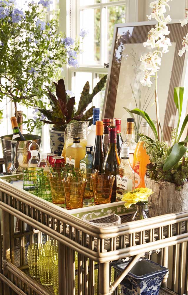 Esse bar decorado com descontração permite que os próprios convidados se servam