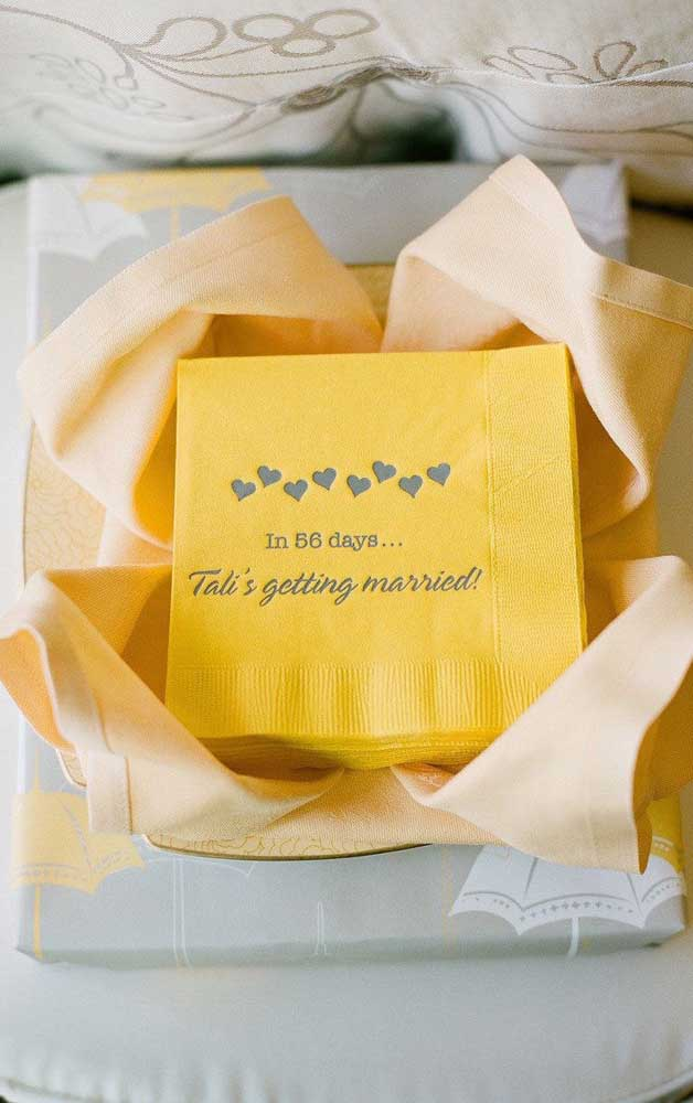 Nessa ideia, os guardanapos do Chá Bar foram personalizados para os noivos e contam os dias até a data do casamento