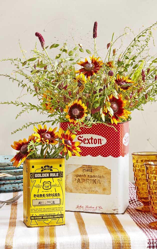 Latinhas e caixinhas usadas cozinha também funcionam bem na decoração do Chá Bar