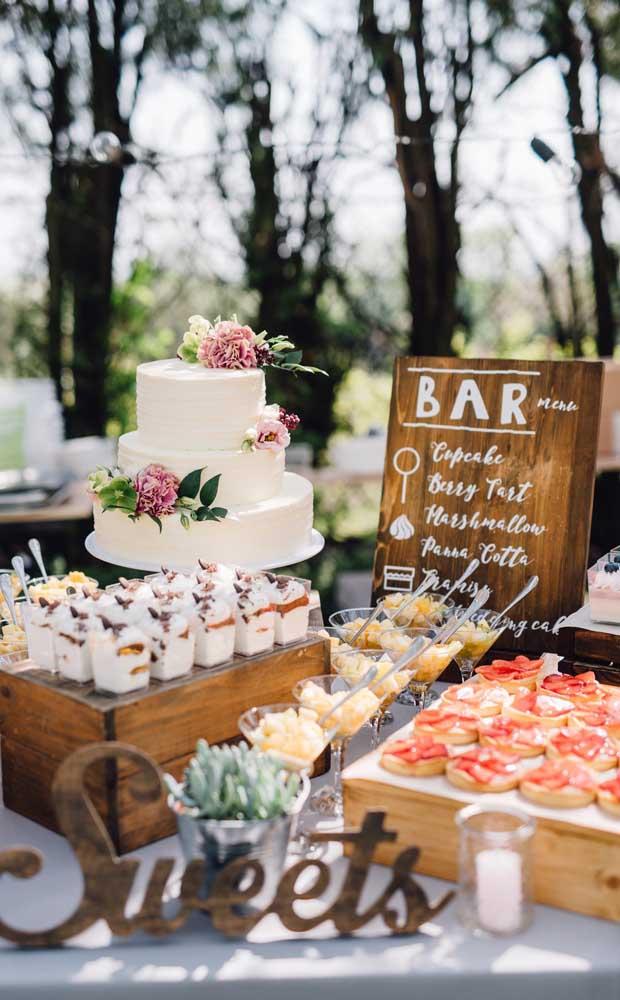 Mesa de bolo e doces decorada com romantismo e rusticidade nesse Chá Bar