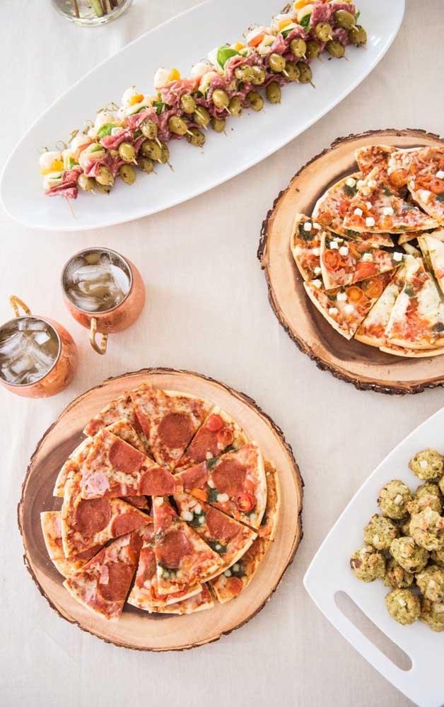 Pizzas cortadas e servidas em pedaços individuais; uma ótima sugestão para um Chá Bar em um sábado a noite