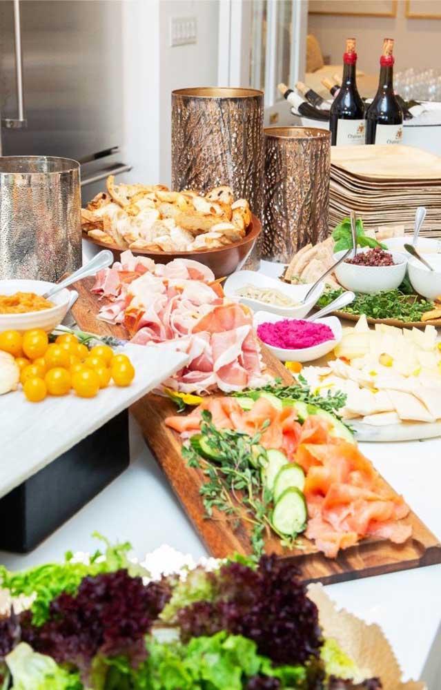 Mesa com aperitivos variados para o Chá Bar