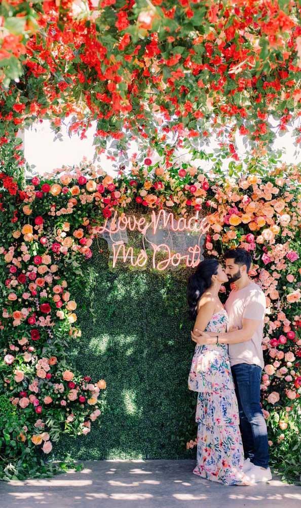 Um espaço lindo e florido para as fotos do Chá Bar dos noivos