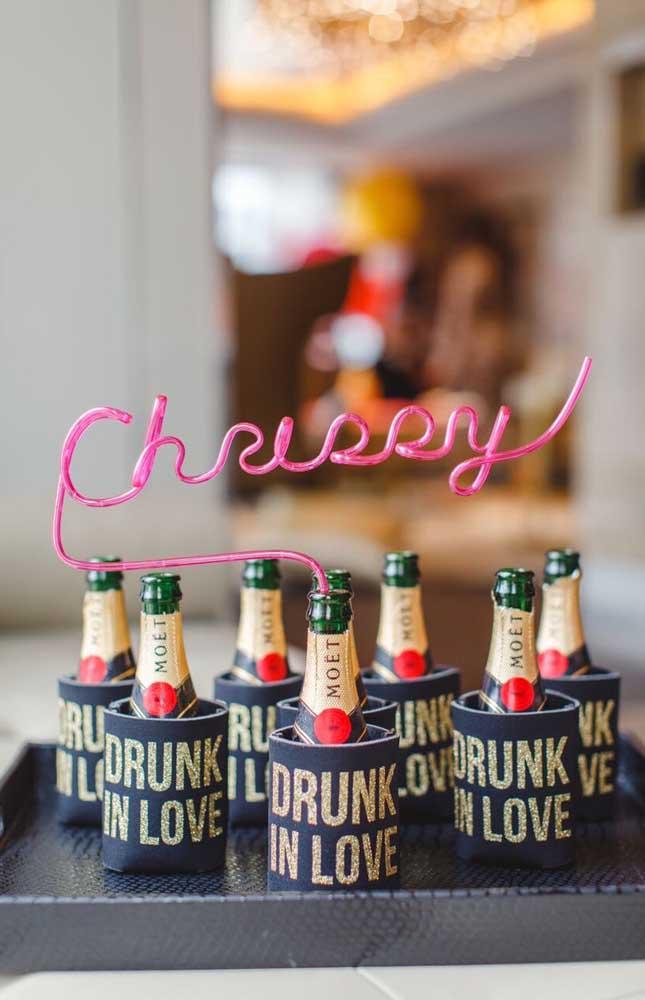 As pequenas garrafinhas de champanhe ficaram perfeitas na decoração desse Chá Bar
