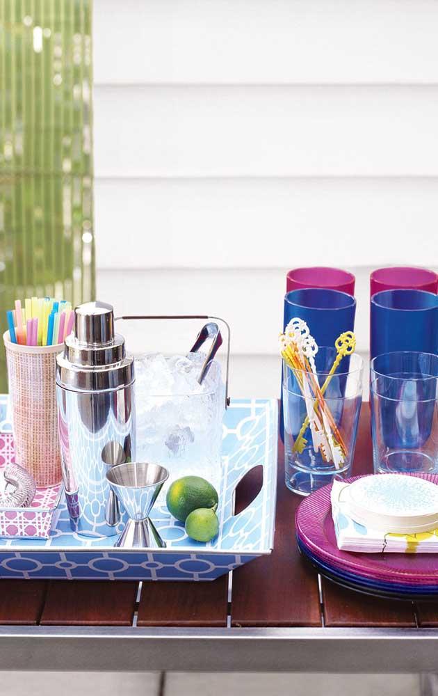 Sugestão de como organizar os utensílios necessários para preparar os drinques do Chá Bar