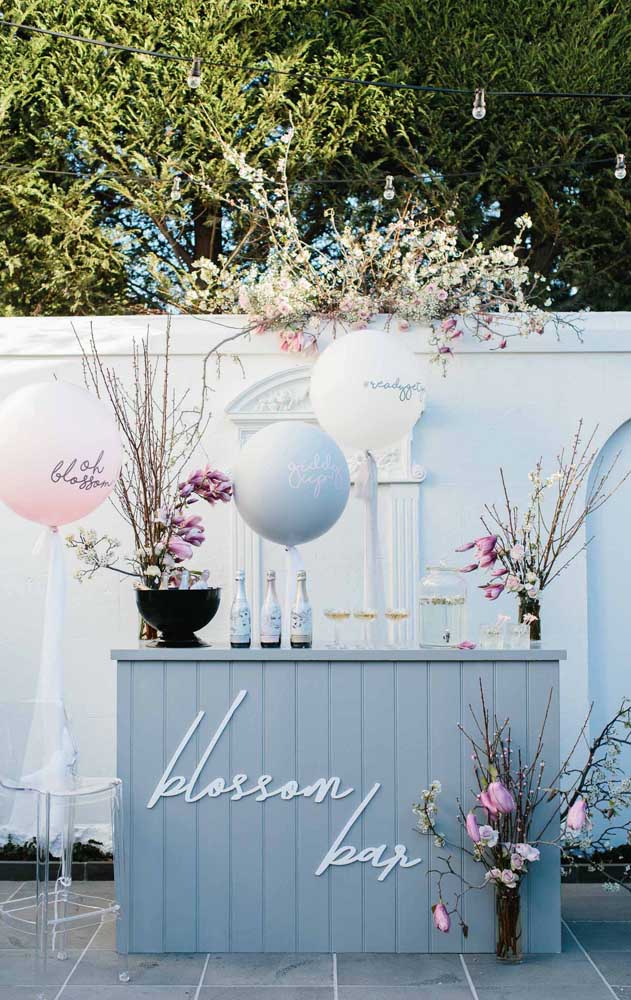 Decoração romântica e florida para o Chá Bar dos noivos