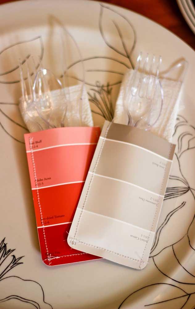 Opção personalizada e fácil de fazer para dispor os talheres do Chá Bar