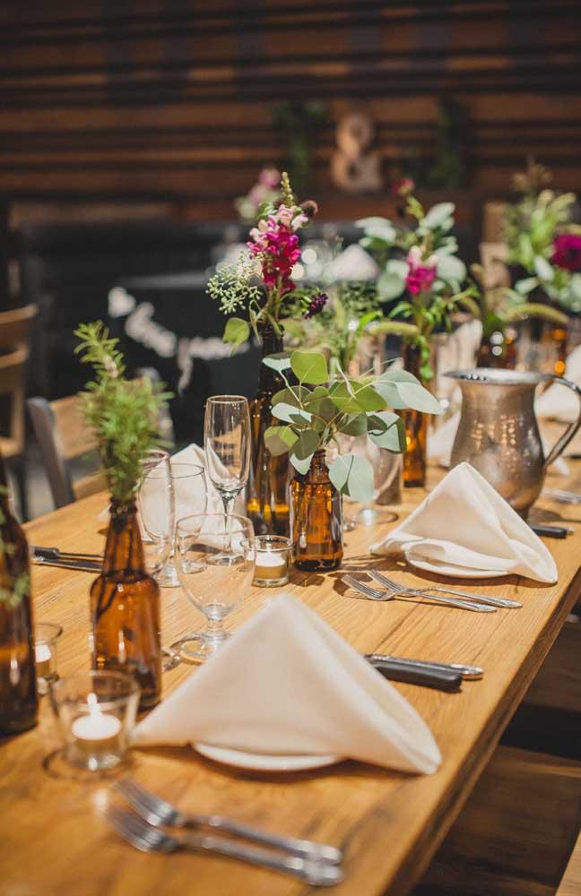 Aqui, uma ótima ideida de como decorar a mesa de jantar do Chá Bar de uma forma descontraída e, ao mesmo tempo, elegante