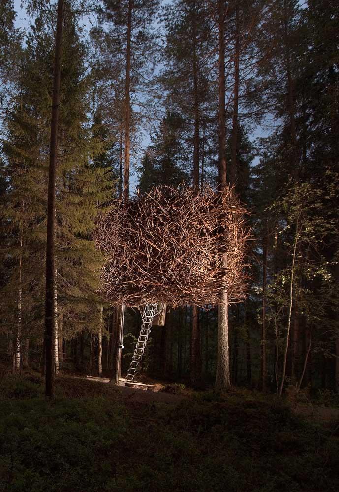 Você imagina que ali tem uma casa na árvore? Toda fechada de galho, a casa pode ser um excelente esconderijo para as crianças.