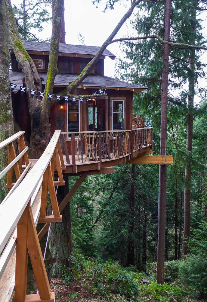 Dependendo do lugar onde você mora, dá para fazer uma bela casa na árvore com espaço para terraço e com uma ponte.