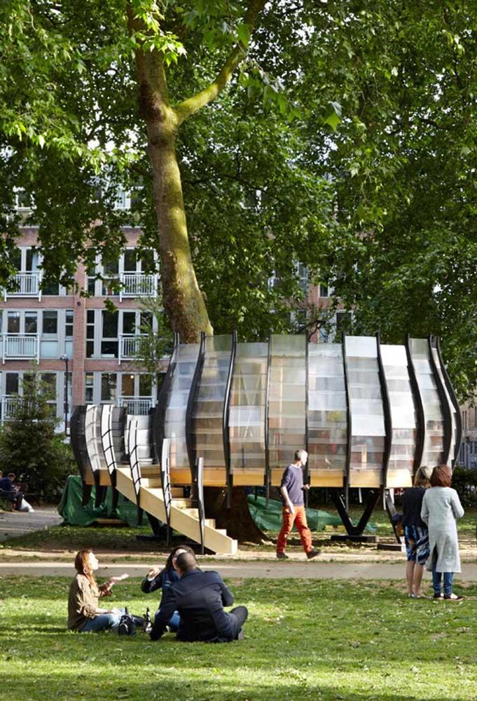 Modelo totalmente moderno de casa na árvore. As paredes da casa são feitas de vidro e para ter mais segurança, ela foi projetada para a parte mais baixa.