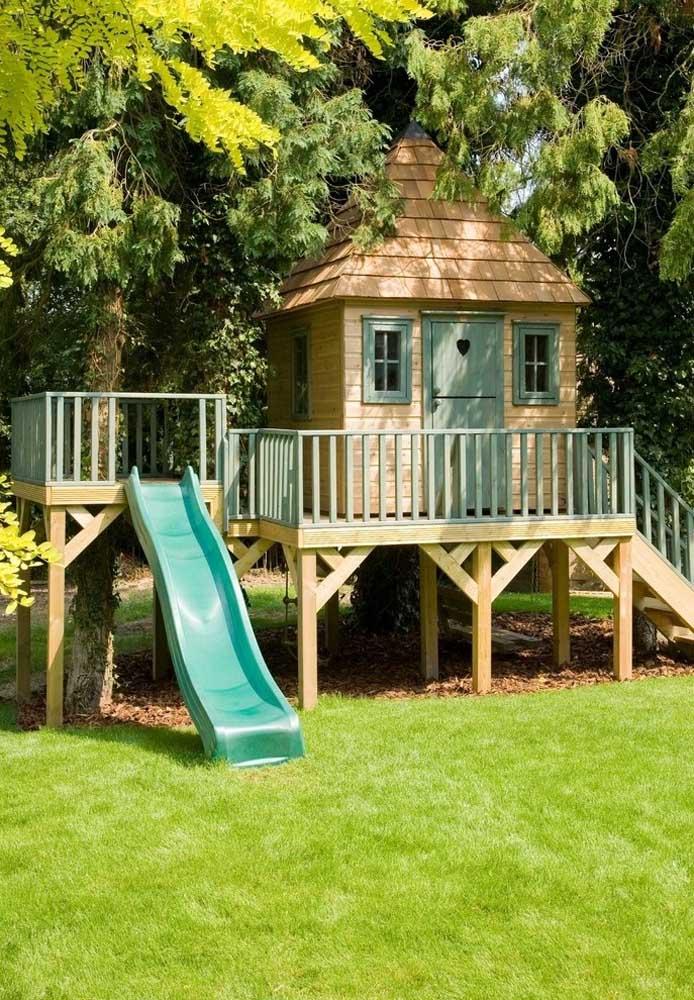 Que tal fazer uma casa na árvore com um estilo bem infantil para as crianças? Aproveite o espaço para fazer um escorrega para elas brincarem.