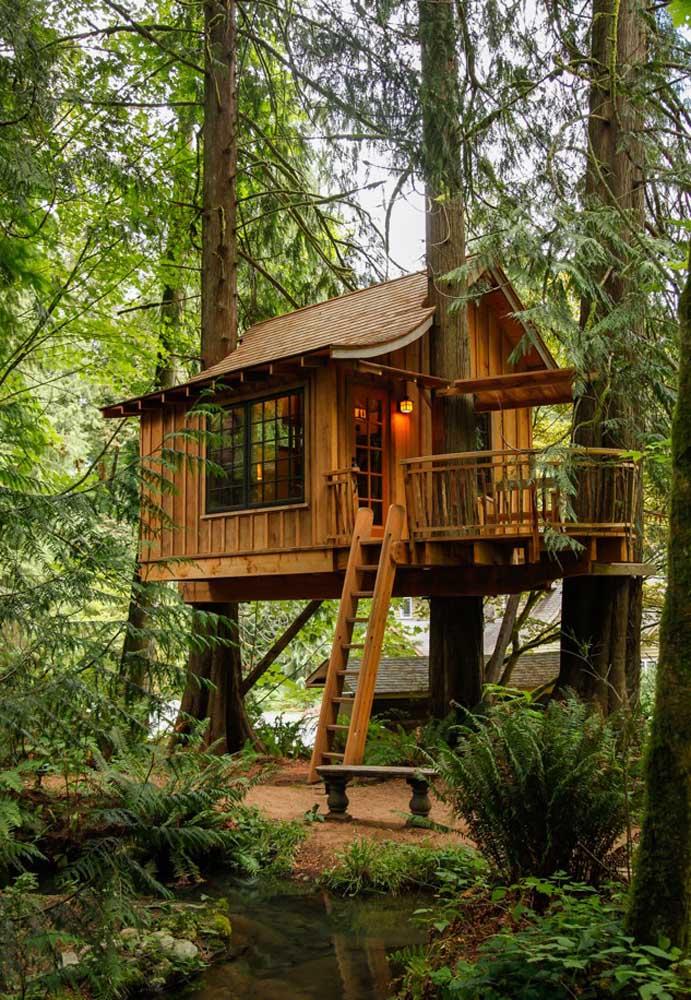 A casa na árvore mantém um estilo mais rústico porque a madeira é a matéria-prima principal da obra.