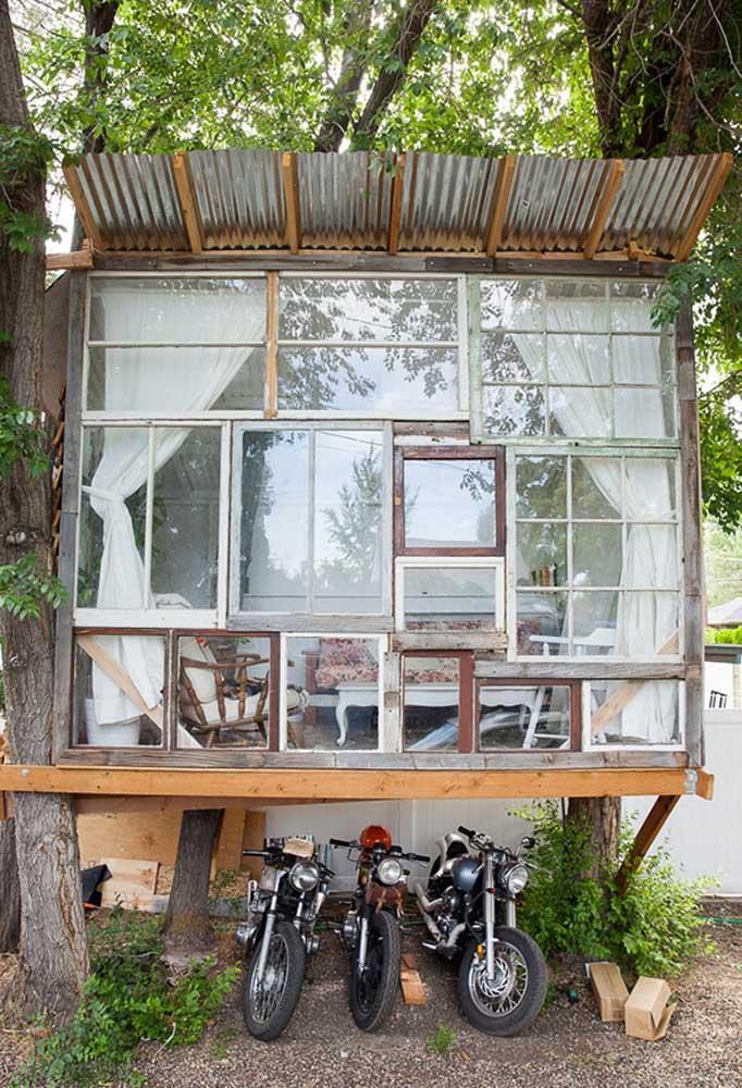 Mas é possível misturar outros materiais como o vidro para dar um ar mais sofisticado e moderno à casa na árvore.